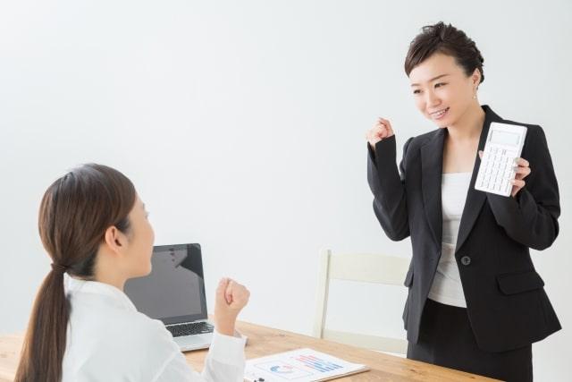 生命保険料控除を教える女性